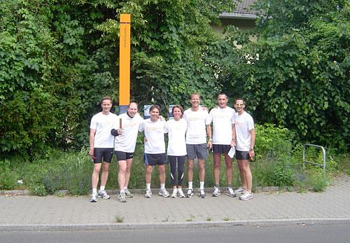 Gruppenfoto vor Mauer-Erinnerungs-Stelen