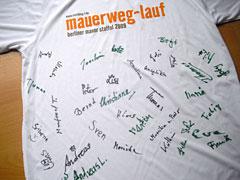 Mauerweg-Lauf-Shirt mit Läufer-Unterschriften