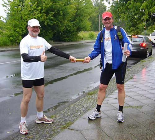 Staffelstab-Übergabe an Läufer-Team 15