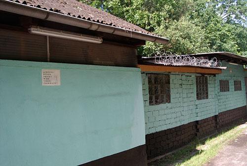 Baracken mit Stacheldraht am Mauerweg