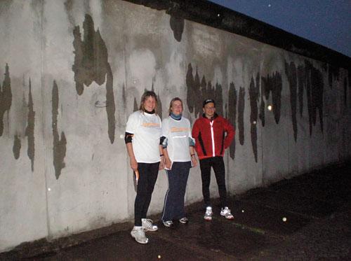 Läufer-Team 16 vor der Mauer