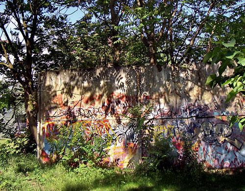 Mauer mit Graffiti