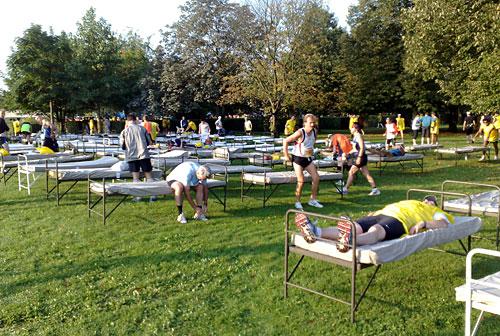 Läufer vor dem Start auf Massageliegen