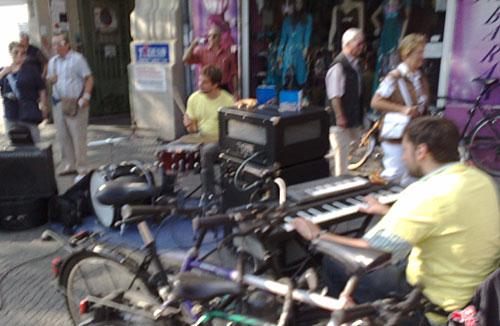 Mini-Band am Straßenrand