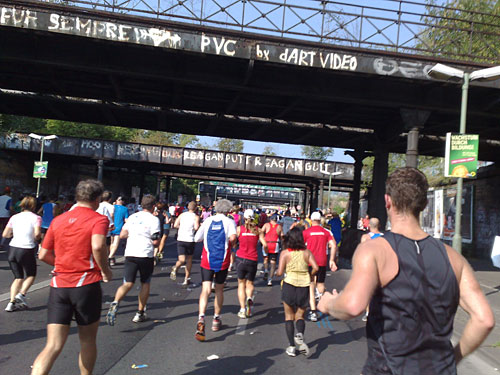 Marathon-Läufer unter den Yorckbrücken