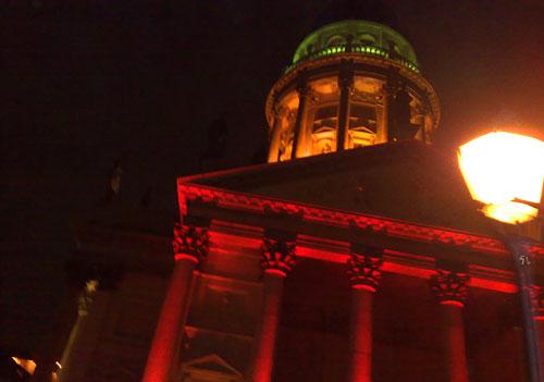 Der bunt beleuchtete Französische Dom