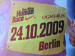 Litfasssäule mit Plakat zum Human Race Light Run
