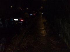 Dunkle Straße im Herbst