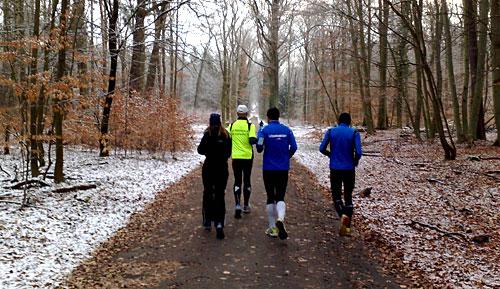 Läufer im verschneiten Wald