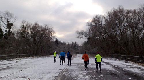 Läufer auf der vereisten Brücke