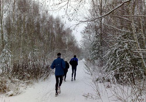 Läufer auf dem verschneiten Mauerweg