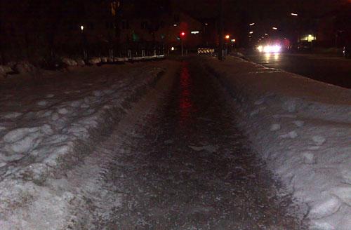 Eisbedeckter Fußweg