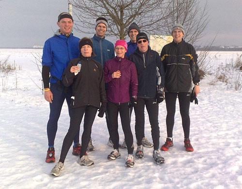 Läufer-Gruppenbild im Schnee