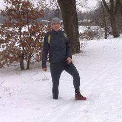 Läufer im tiefen Schnee