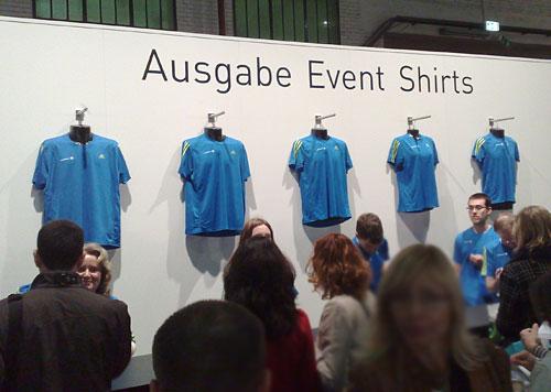 Ausgabe-Tresen der Läufer-Shirts