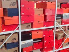 Kartons der Laufschuh-Sonderposten