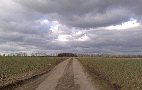 Feldweg unter eindrucksvollem Himmel