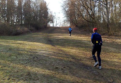 Läufer auf der Steigung der Rodelbahn