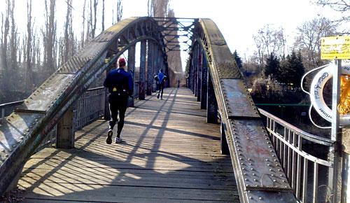 Läufer auf Brücke