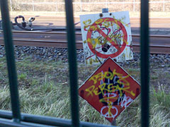 Schilder an der Bahntrasse