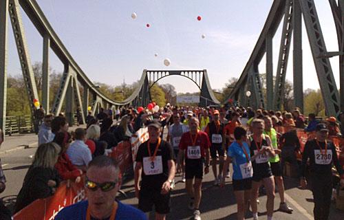 Läufer im Ziel auf der Glienicker Brücke