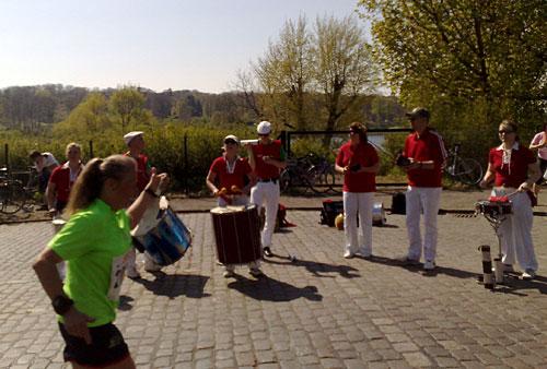 Samba-Band und Läuferin