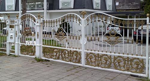 Zaun mit Goldschnörkeln