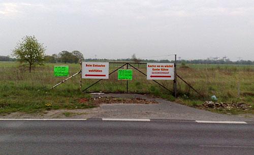 Schilder an einem Zaun