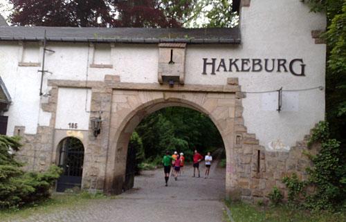 Läufer am Durchgang zur Hakeburg