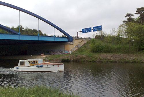 Autobahn mit Schiff auf dem Kanal