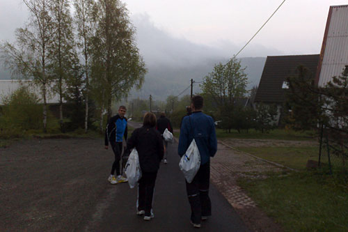 Läufer vor nebligen Bergen