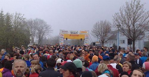 Läuferfeld vor dem Startbanner