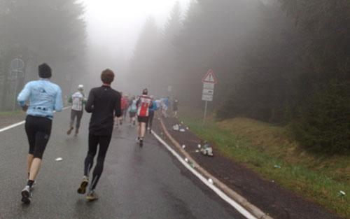 Rennsteig-Läufer im Nebel
