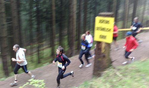 Läufer und Schild Gefährliche Kurve