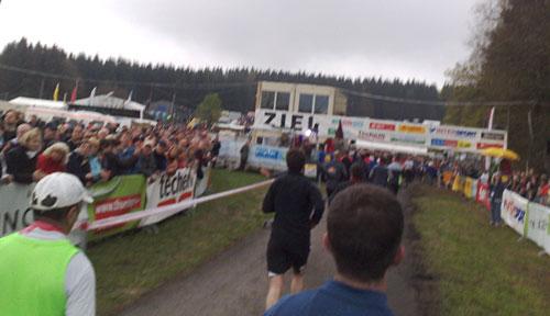 Läufer vor dem Ziel des Rennsteiglauf-Halbmarathon