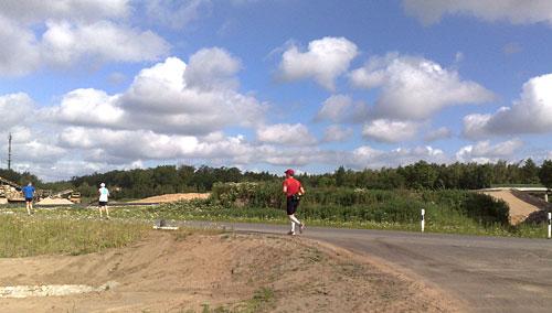 Läufer auf dem Weg zur Brücke