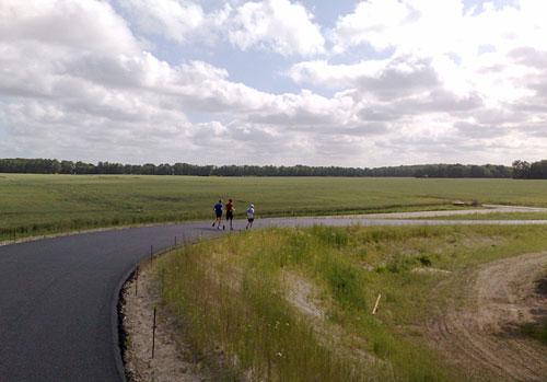Läufer vor beeindruckendem Himmel