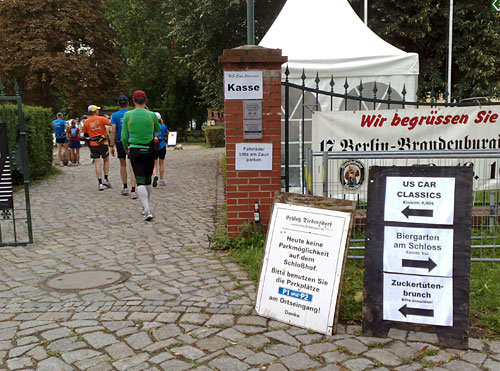 Läufer am Eingang zum Schloss Diedersdorf