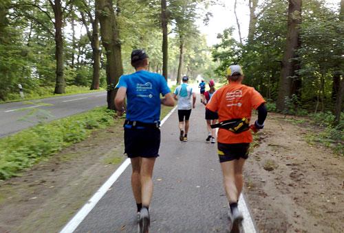 Läufer auf neuem Radweg
