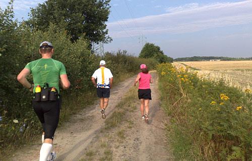 Läufer auf einem Feldweg