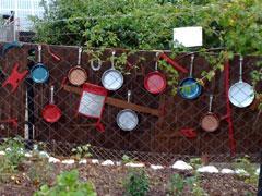 Bunte Bratpfannen im Kleingarten