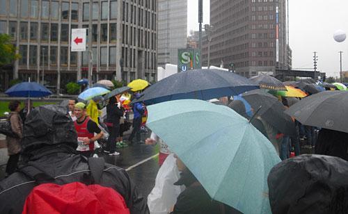 Zuschauer mit Schirmen