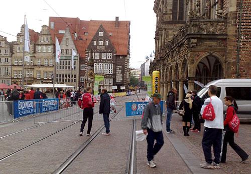 Marktplatz in Bremen mit Lauf-Absperrungen