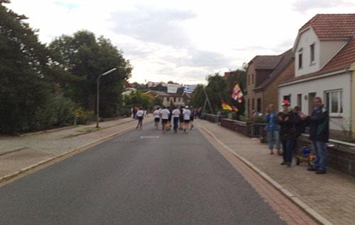 Zuschauer und Läufer in Habenhausen
