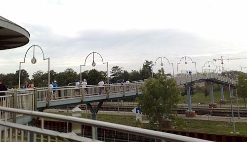 Läufer auf Weserwehr-Brücke