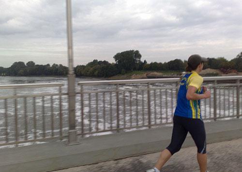 Läuferin auf der Brücke über dem Weserwehr