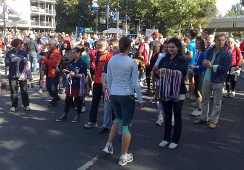 Frauen verteilen Medaillen an die Läuferinnen und Läufer