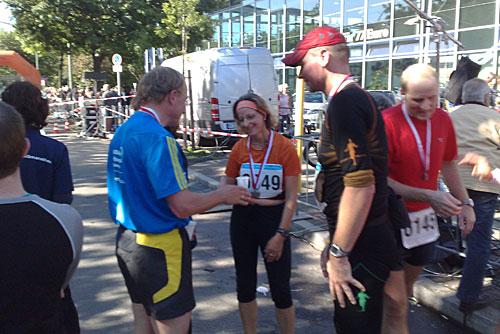 Läuferin im Halbmarathon-Ziel