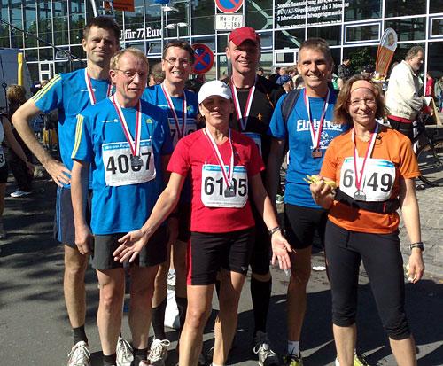 Läufer-Gruppe im Ziel des Mercedes-Halbmarathon 2010