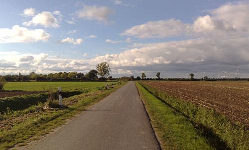 Weg zwischen den Feldern bei Sonne
